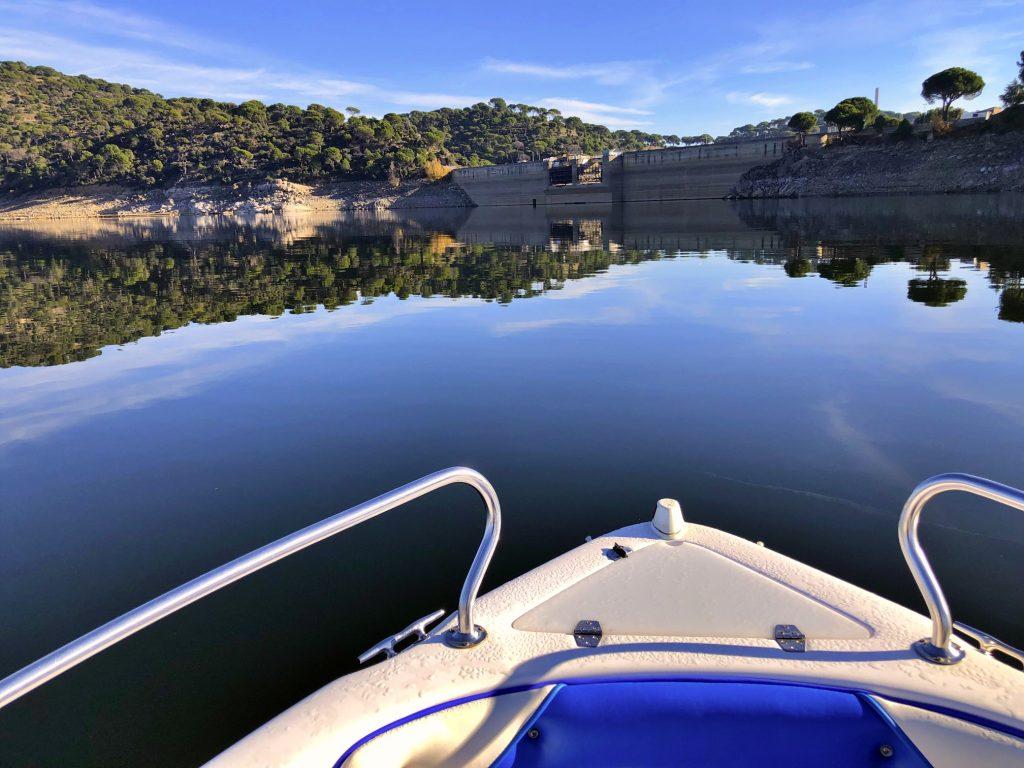 una lancha en el pantano de san juan en Madrid que se necesita licencia de navegación