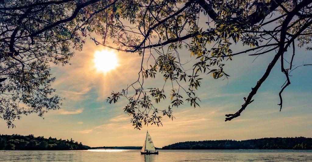navegar a vela en el pantano de san juan en madrid, bautismo de vela para iniciarse, aprender a navegar a vela